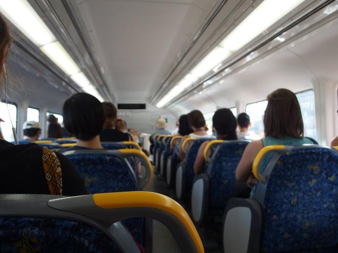 Des sièges réversibles dans les rames de métro ! La première fois que j'ai vu un Australien inverser le sens d'une rangée de 2 sièges, j'ai halluciné. Il est possible de déplacer le siège dans le sens de la marche, on peut donc faire face à des passagers ou leur tourner le dos. Sydney (Australie), 09 mars 2016 © Tango Tout horizon